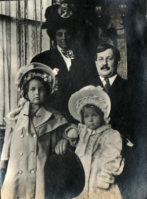 Dr. Howard Swain and family ca. 1908 (L-R- Helen, Harriet, Margaret & Howard)